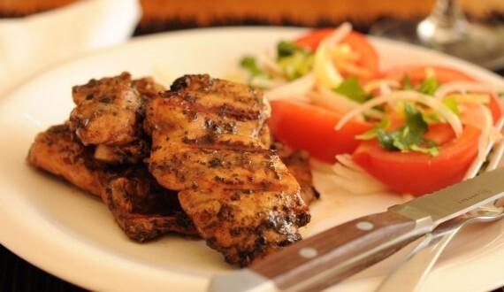Pollo a la Parrilla con Ensalada a la Chilena
