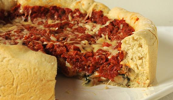 Pizza al Estilo Chicago con Espinacas y Champiñones
