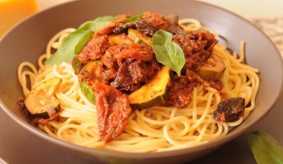 Tallarines Salteados con Ragú de Callampas y Tomates Secos