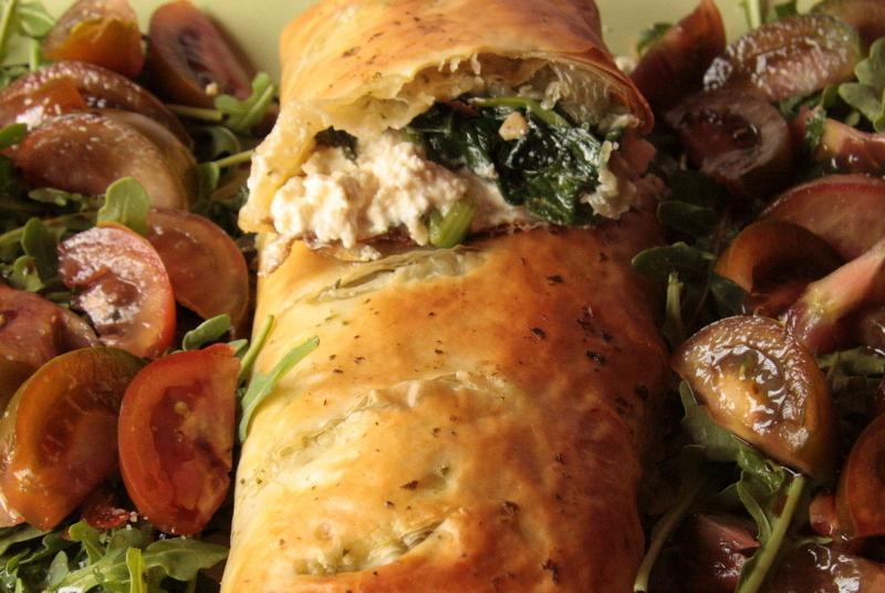 Rollo de pasta filo con queso vegetal, espinacas y miel de caa