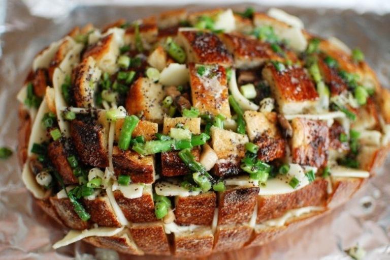 Pão afastado com cogumelos e queijo