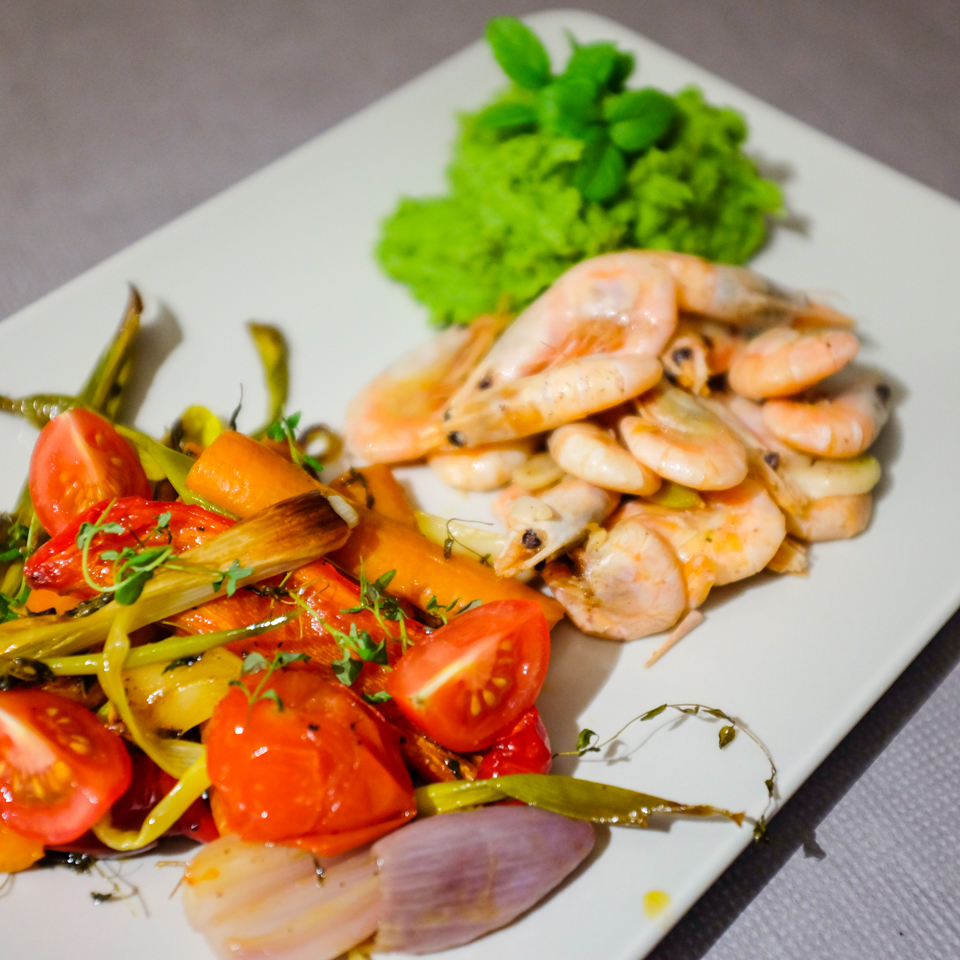 Pečená zelenina s krevetami a hrachovou kaší s mátou