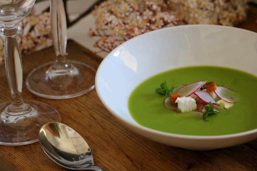 Une entrée froide : le velouté de petits pois (soupe, fromage de chèvre, radis, menthe, croutons)