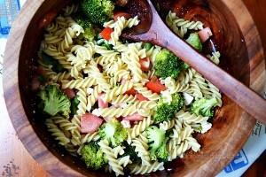 Ensalada de pasta con verduras y vinagreta de albahaca