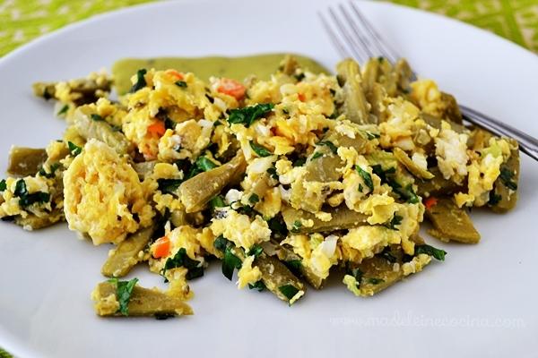 Huevos con nopales y cilantro