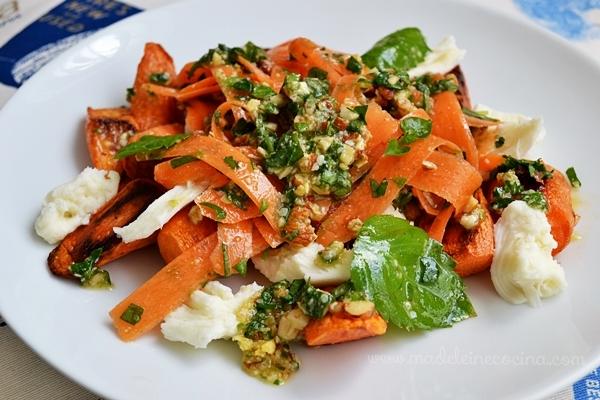 Ensalada de zanahorias rostizadas, pesto y mozzarella