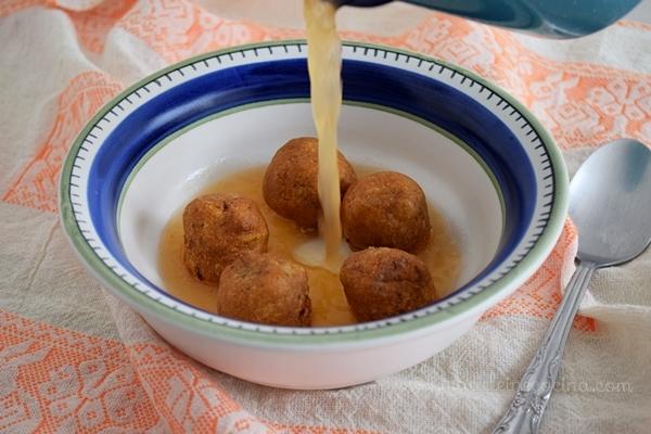 Sopa de bolitas de maíz con chile y queso