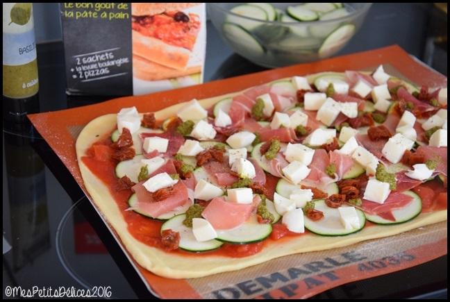 Pizza à la courgette, jambon cru, mozzarella et basilic
