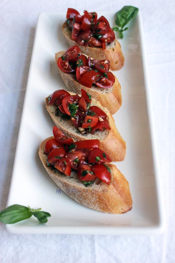 Bruschetta de tomate cherry y albahaca