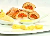 Arrollado de Pechuga con Relleno de Verdura y Salsa de Curry