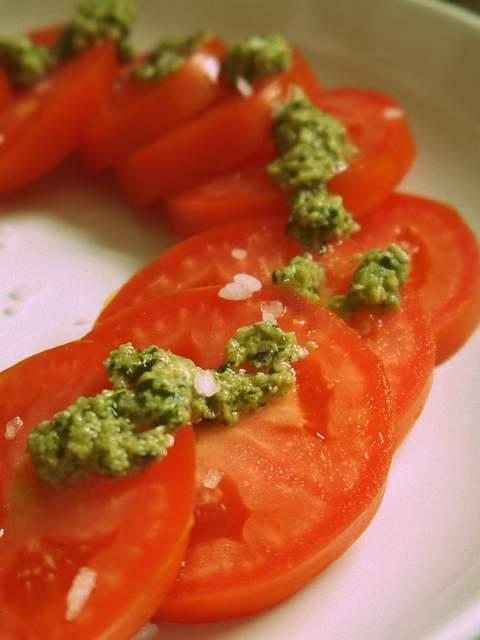 Ensalada de tomate con pesto de menta
