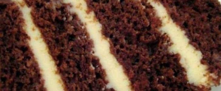 bolo de baunilha com recheio de mousse de maracujá