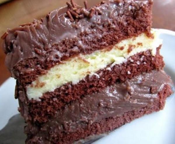 bolo de chocolate com recheio de beijinho e cobertura de chocolate