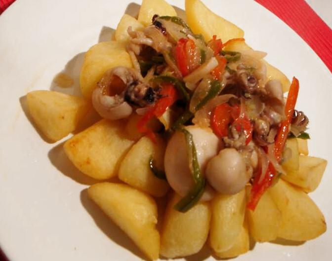 bacalhau assado no forno com batatas fritas e cebolada