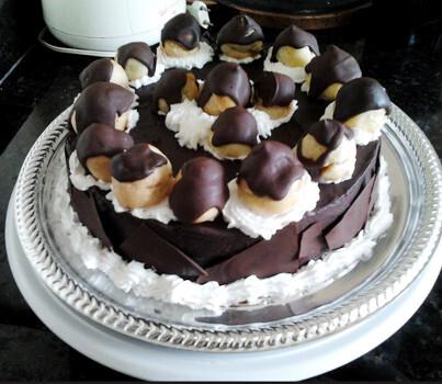 Receita de Bolo de Chocolate com profiteroles