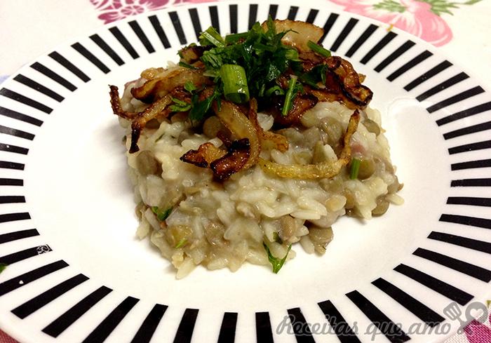 arroz com lentilha cebola frita e linguiça