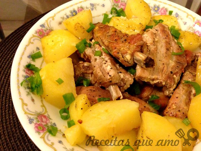 Costelinha de porco assada com batatas