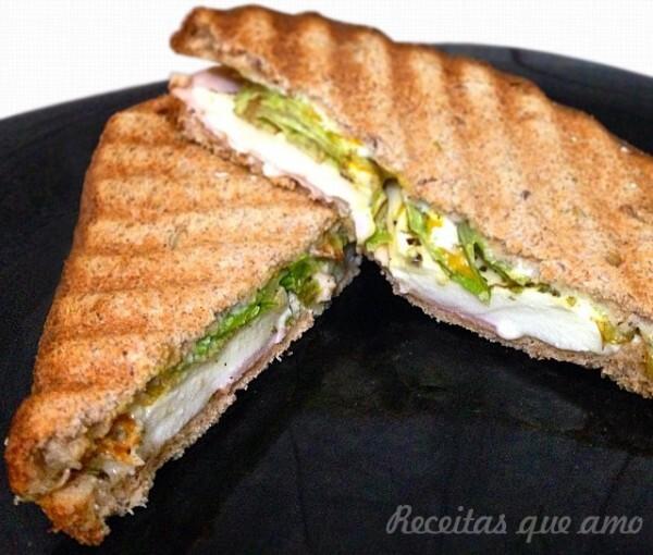 Sanduíche de queijo com molho de mostarda e mel