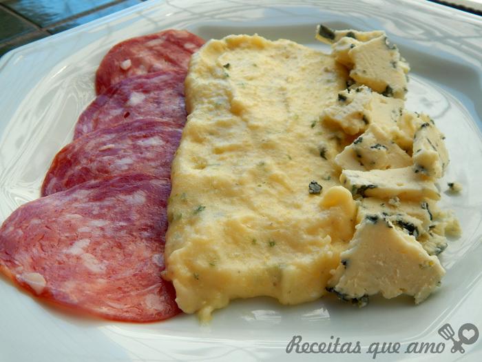 Polenta mole com gorgonzola e salame