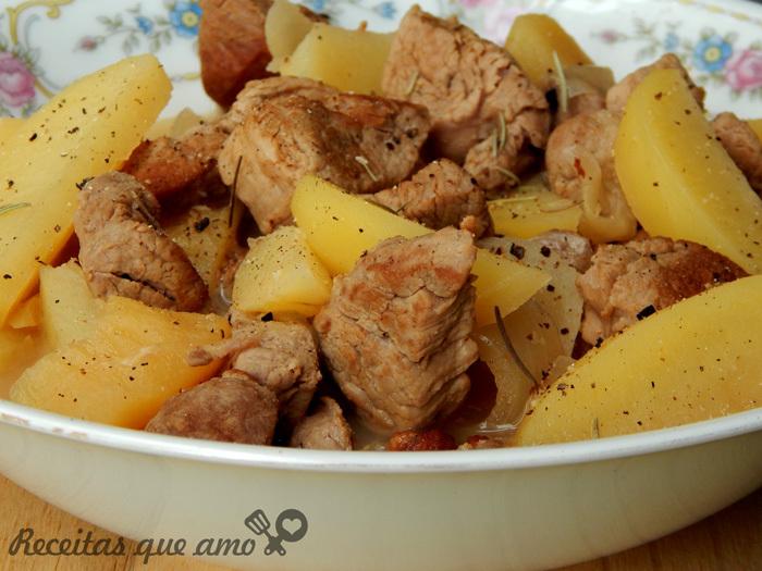 Pernil de panela com cebola e maçã