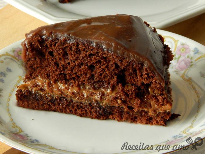Bolo de chocolate com doce de leite e brigadeiro