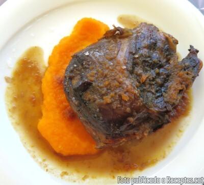Galtes de porc al forn amb salsa de vi negre amb parmentier de pastanaga
