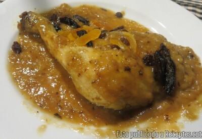 Pollastre de pagès rostit amb prunes, orellanes i panses