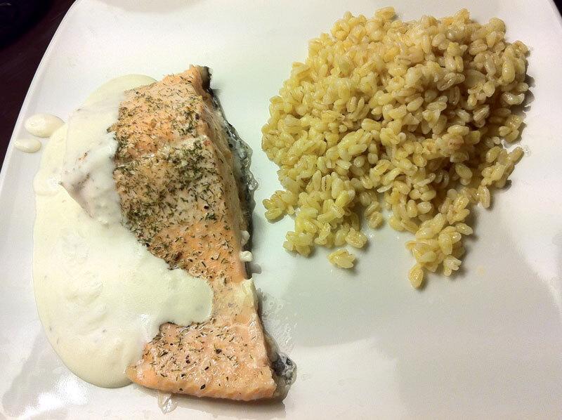 Lomos de salmón con salsa de queso a las finas hierbas