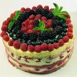 Torta victoriana de merengue y frutos del bosque