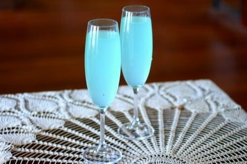 Easy Cocktail Recipe: Tiffany Blue Sparkler