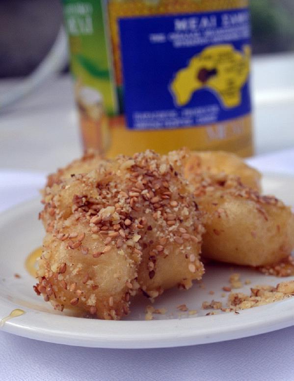 Λουκουμάδες Σάμου από πατάτα με μέλι καρύδια και σουσάμι