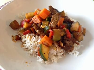 Tiritas de res, zanahoria y calabaza en salsa de chile pasilla, chipotle y almendra (30 minutos)