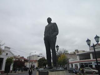 Caminando por la calle Caseros de la ciudad de Salta