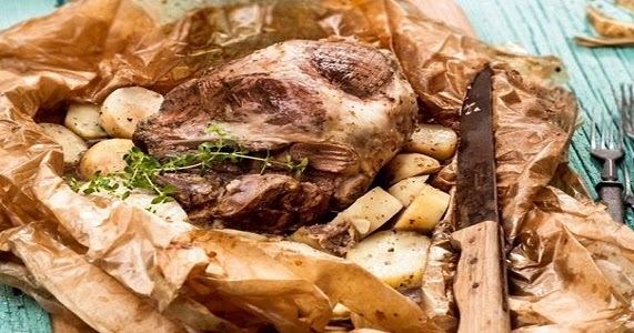 Μπούτι ζυγούρι στη λαδόκολλα με κεφαλογραβιέρα και πατάτες
