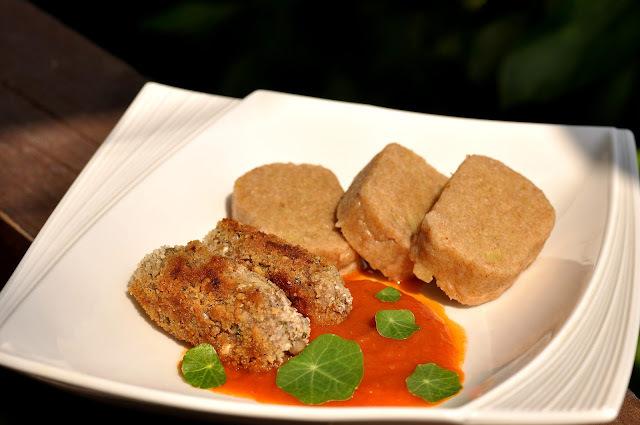 Vegánske pohánkové čevapčiči s paradajkovo-feniklovou omáčkou a zemiakovou knedľou