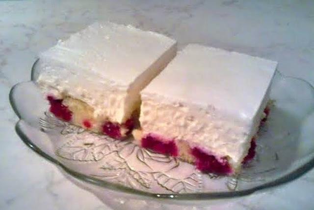 BOBIČASTI KOLAČ S MALINAMA: Fini, lagani voćni desert, s puno kreme