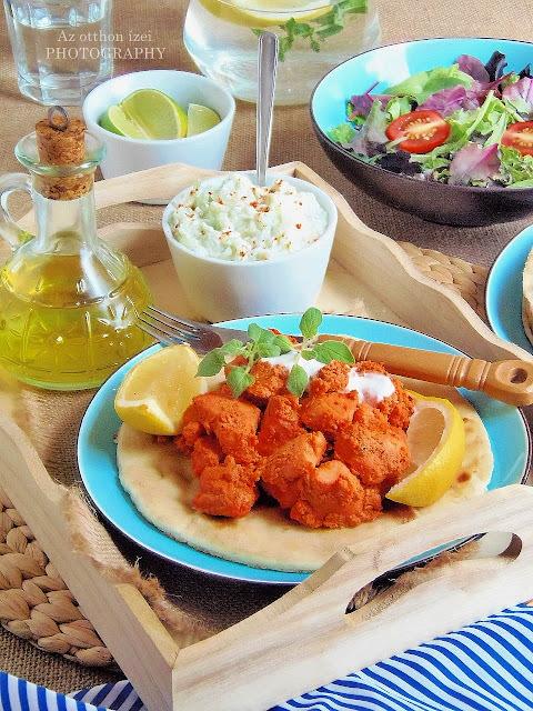 Tüzes tandoori csirke naan kenyérrel, joghurtos-gyömbéres uborka raitával