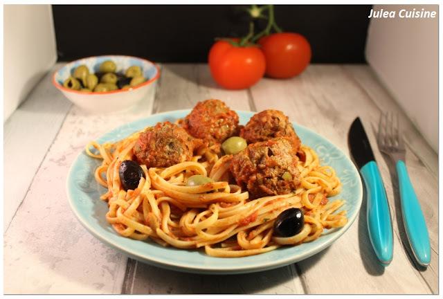 Boulettes de boeuf aux olives et pignons, spaghetti tomates fraiches, origan
