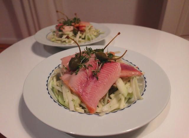 Kalerábový alebo zelerový šalát s údenou rybou