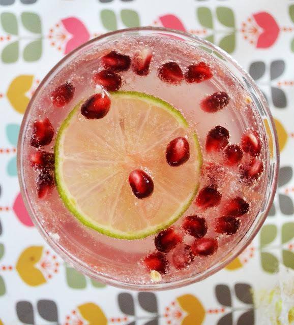 Cocktail rosé au pamplemousse et à la grenade.