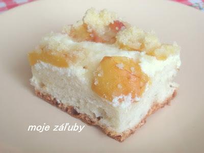 Kysnutý koláč s broskyňami