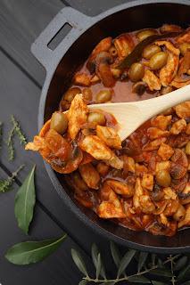 Poulet à la provençale (tomate, champignons et olives vertes)