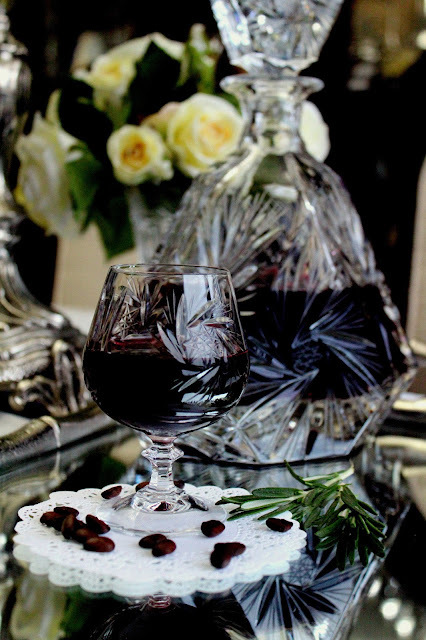 Liker od crvenog vina sa ukusom ruzmarina i kafe