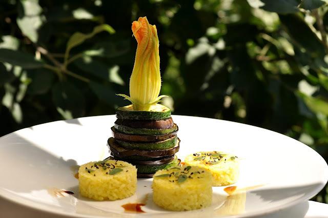 Grilované cukety a baklažány s kurkumovou ryžou, čiernym sezamom a portulakou