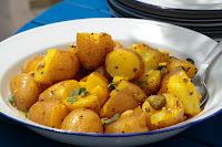 Πατατοσαλάτα με κρεμμύδι και αγγουράκι τουρσί