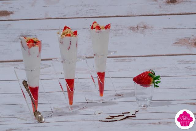 Cônes de coulis de fraises, de chantilly coco et de fraises avec un crumble de biscuits - Foodista Challenge #18