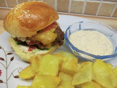 Házi hamburger (hamburgerzsemle, marhahúspogácsa és hamburgerszósz)