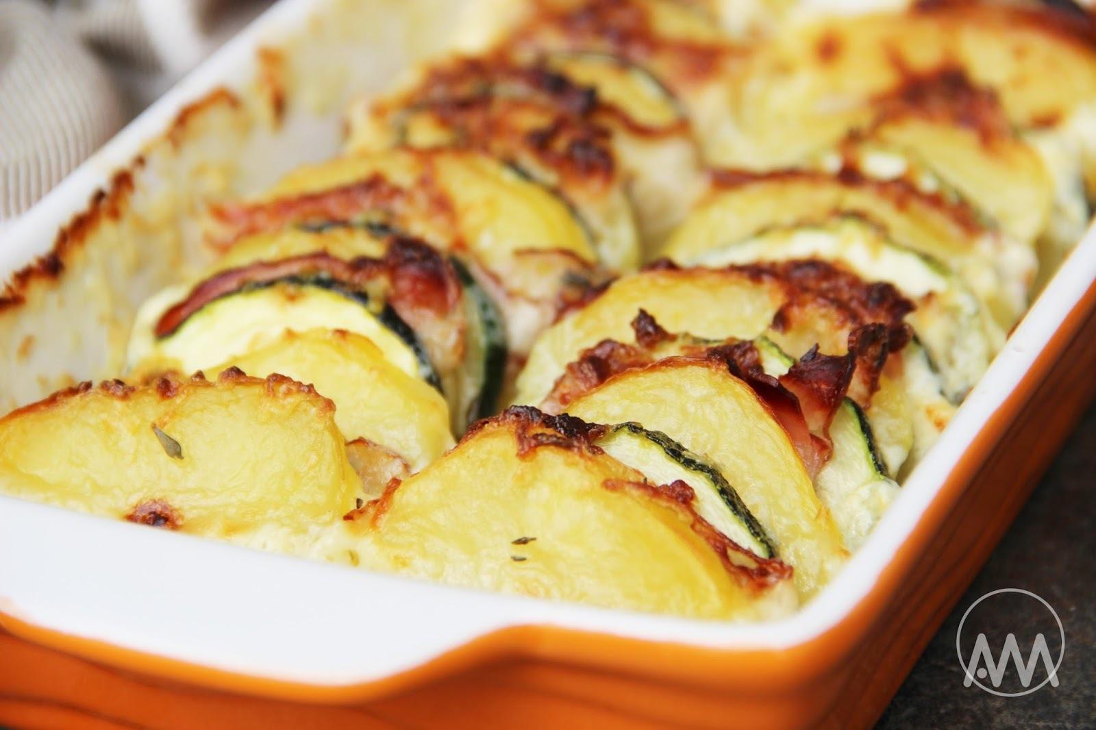 Zapečená cuketa s brambory, slaninou a smetanou
