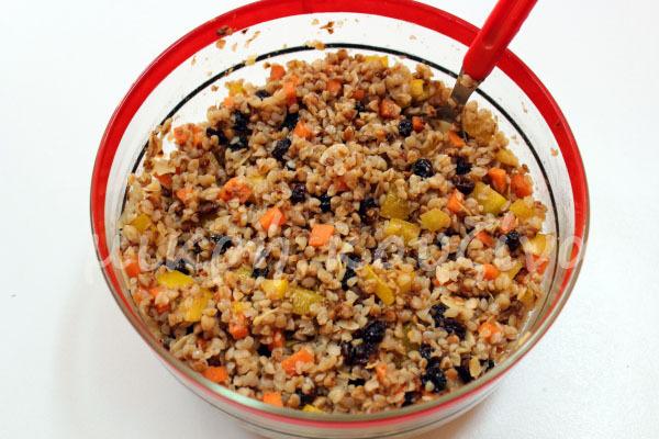 Σαλάτα με φαγόπυρο (μαυροσίταρο), σταφίδα και αμύγδαλο