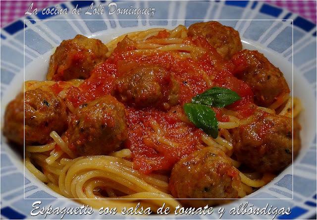 Espaguetis con salsa de tomate y albóndigas
